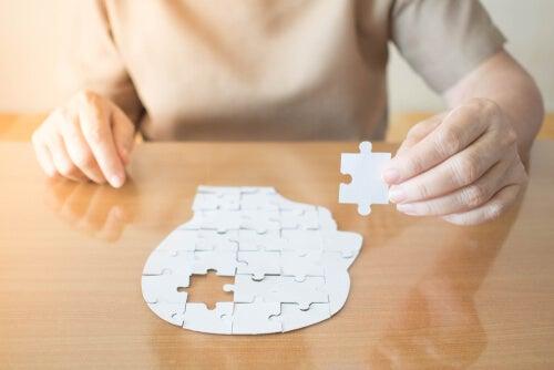 Mujer haciendo un puzzle de un rostro