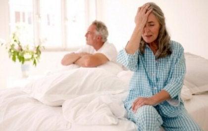 Mujer con malestar por menopausia en la cama