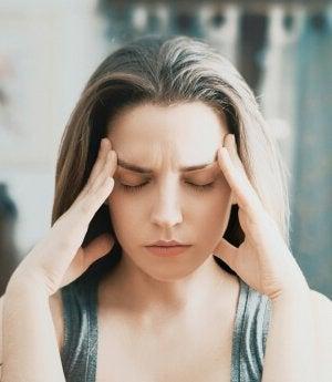 Mujer con dolor de cabeza por ansiedad enmascarada