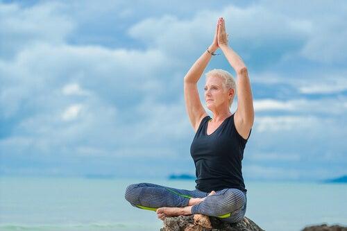 Mujer mayor practicando yoga para representar el concepto de midorexia