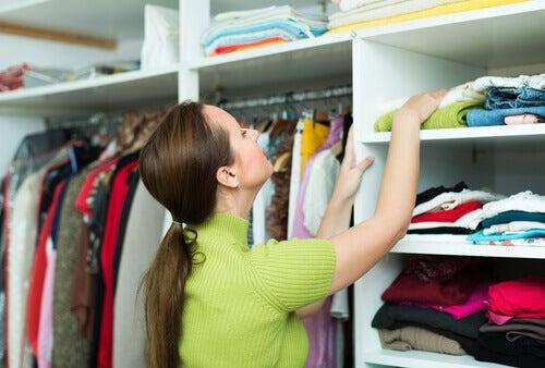 Mujer ordenando armario
