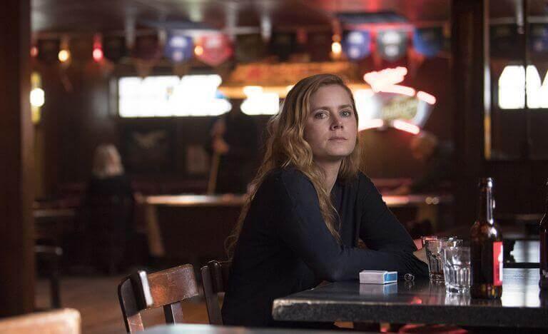 Mujer sentada en un bar