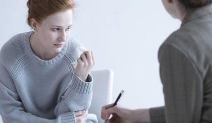 Mujer triste con pañuelo en el psicólogo realizando el escala de ansiedad de Hamilton