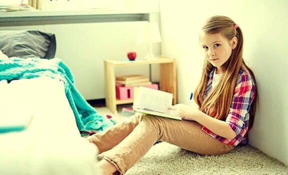 niña leyendo en habitación simbolizando a los hijos únicos