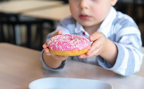 Niño comiendo donuts