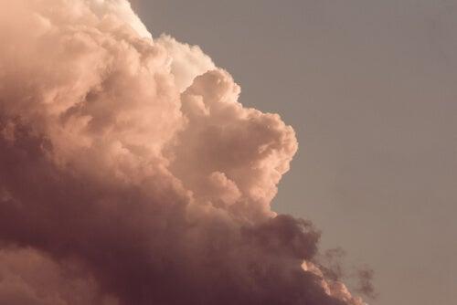 Nube oscura en el cielo