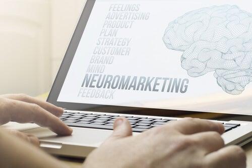 Ordenador con dibujo del cerebro y la palabra neuromarketing