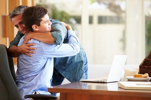 Padre e hijo abrazándose