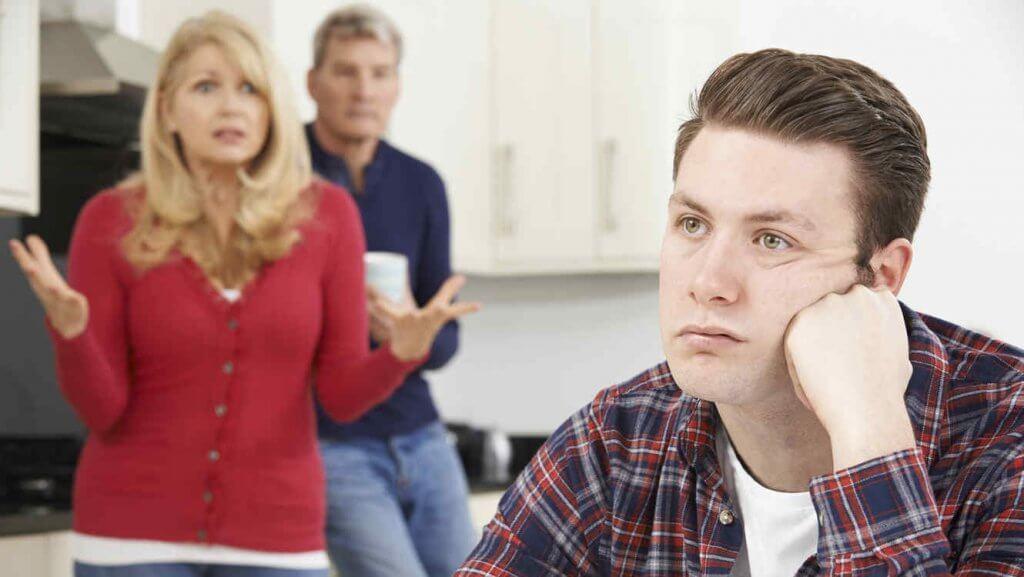 Padres frustrados con su hijo adulto