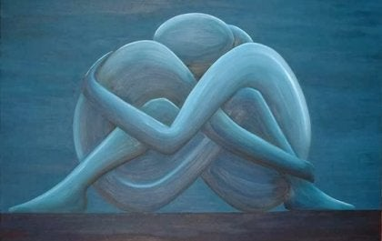 Pareja abrazada formando un corazón