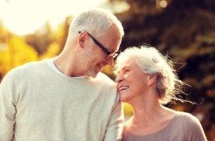 Pareja de personas mayores sonriendo felices representando el amor maduro