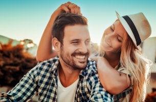 Pareja sonriendo hablando sobre amor y amistad