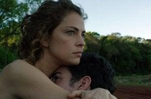 Paulina abrazando a un hombre