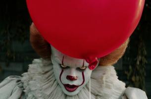 Payaso de la película It con un globo rojo como símbolo de la psicología del terror