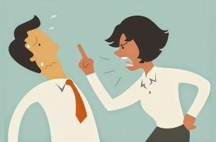 personas intentando eludir una conversación agresiva