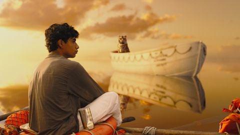 Pi y un tigre en una barca en el océano