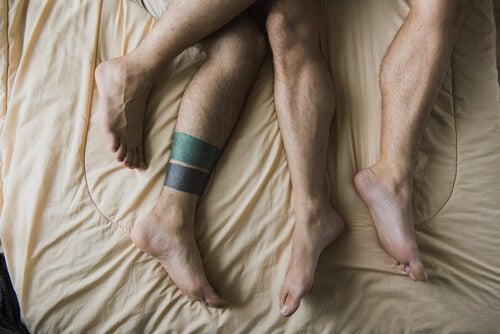 Piernas de hombres en la cama