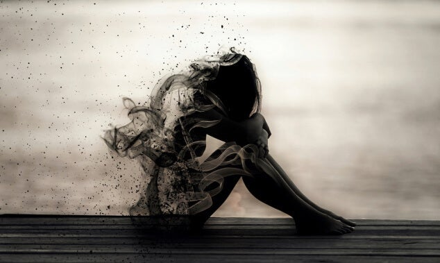 figura femenina que se desvanece simbolizando el abandono emocional en la pareja
