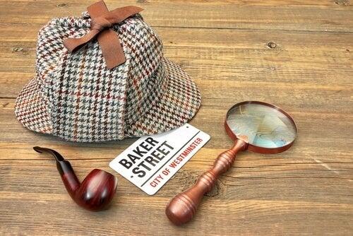 Sombrero, lupa y pipa de Sherlock Holmes