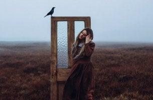 chica ante una puerta simbolizando el arte de saber esperar
