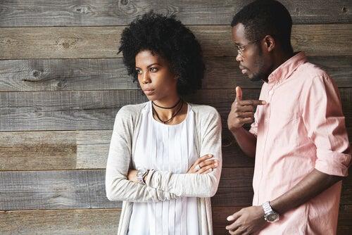 Chica retraída mientras está su pareja le habla para representar la comunicación pasiva