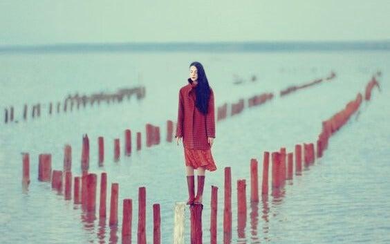 La relación entre el aislamiento y el victimismo
