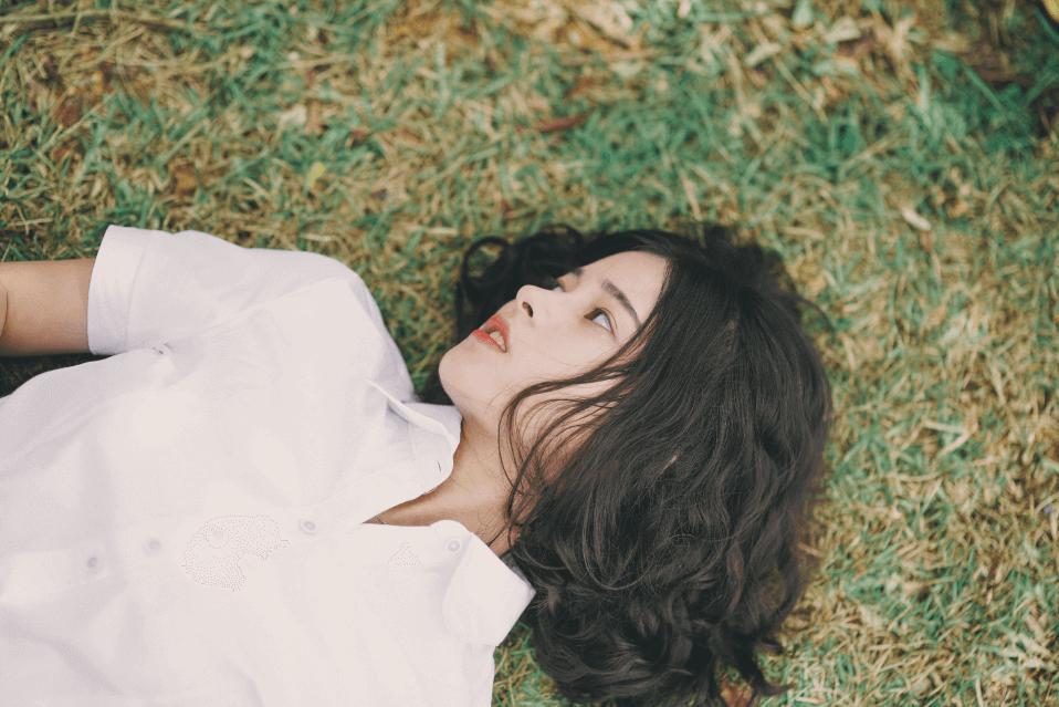 Chica tumbada en el suelo