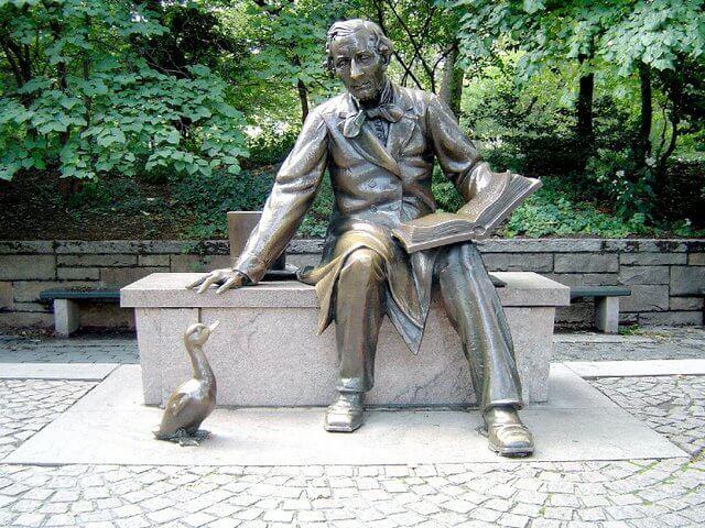 estatua simbolizando las frases de Hans Christian Andersen