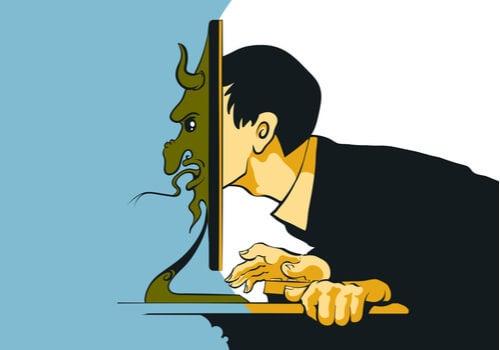 Hombre con cara de troll tras ordenador