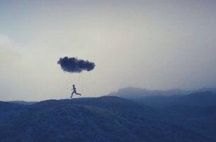 hombre corriendo bajo una nube con miedo a dar el salto