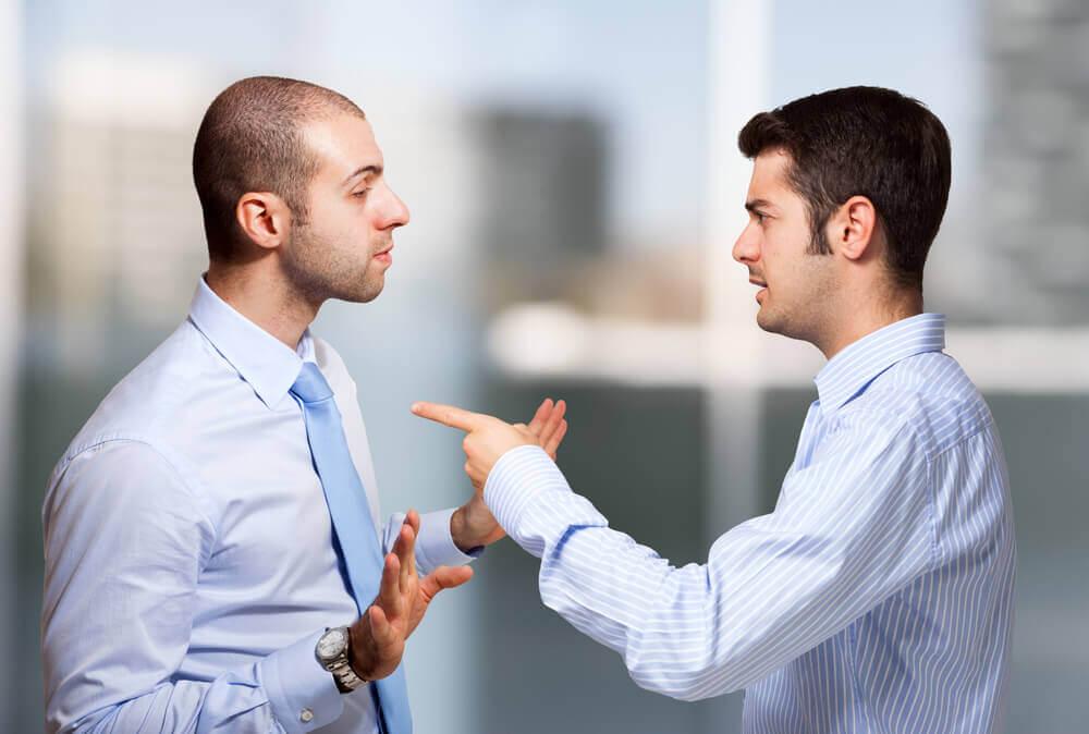 Hombre culpando a otro sin pedir disculpas