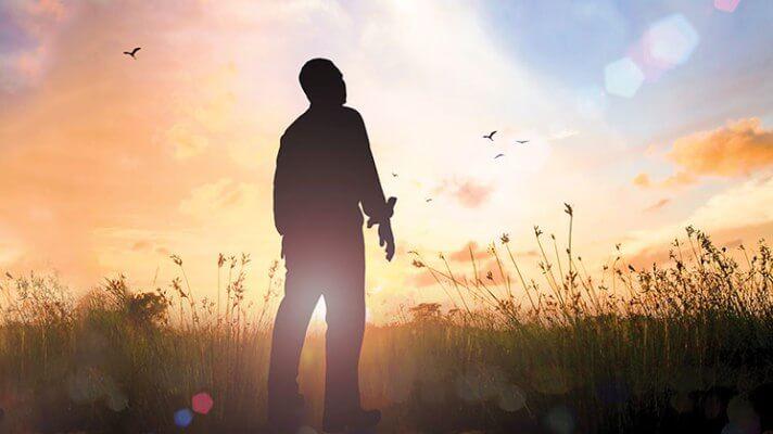 hombre en campo simbolizando poemas de Rainer Maria Rilke