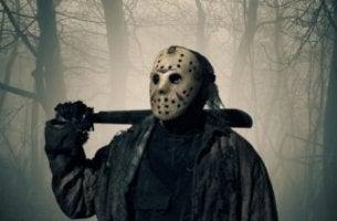 Hombre con máscara para representar las películas de terror