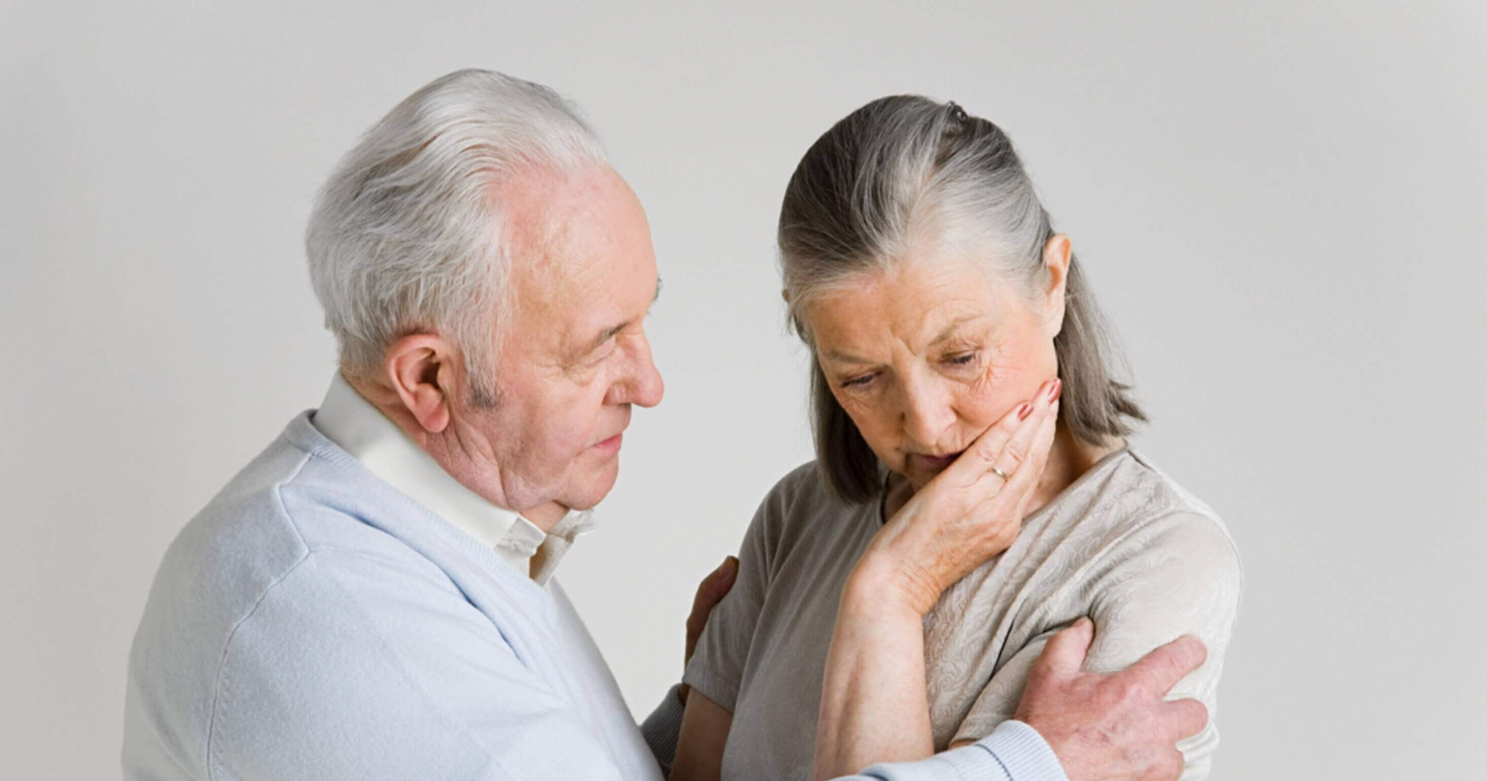 Hombre mayor con mujer con Alzheimer
