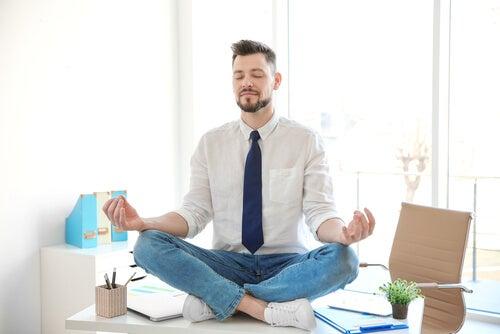 Hombre meditando en una oficina