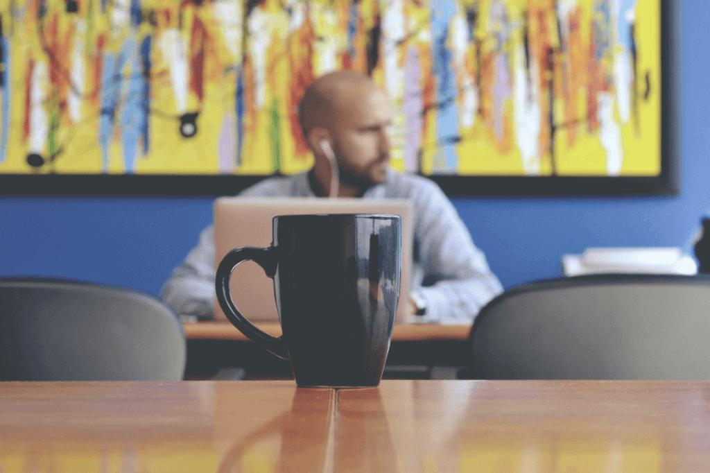 Hombre pensando en su escritorio