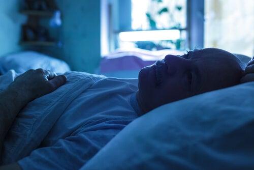 Hombre preocupado en la cama