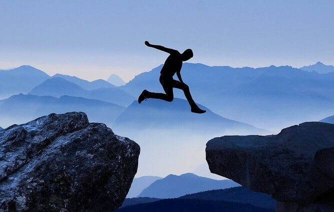 hombre superando el miedo a dar el salto
