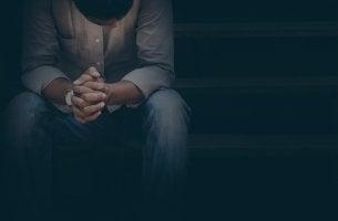 Hombre mirando hacia abajo pensamiento en los comportamientos que alejan a los demás