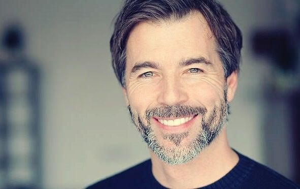Hombre mostrando la sonrisa de Duchenne