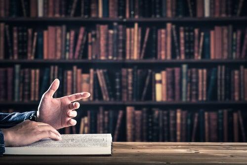 Manos de un hombre sentado en un escritorio mientras explica algo