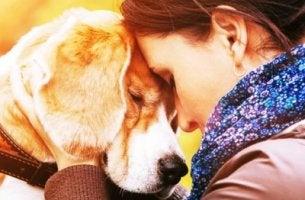 Mujer abrazando a su perro
