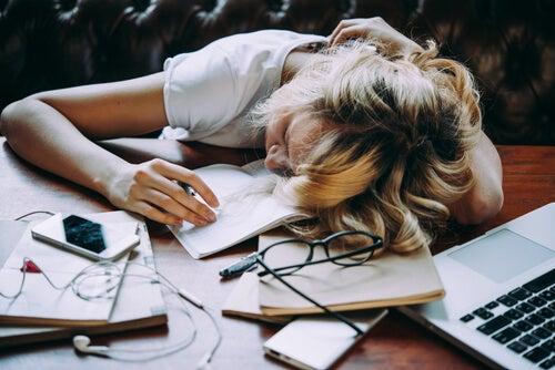 Mujer agotada en el escritorio