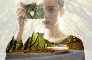 Mujer con una cámara de fotos