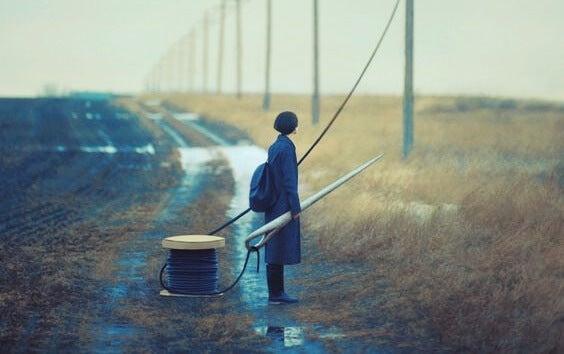 chica con aguja gigante simbolizando cómo afecta el aislamiento y el victimismo