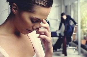 mujer que es infeliz en el trabajo