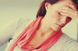 mujer con mano en el rostro simbolizando cómo afecta el estrés a las mujeres