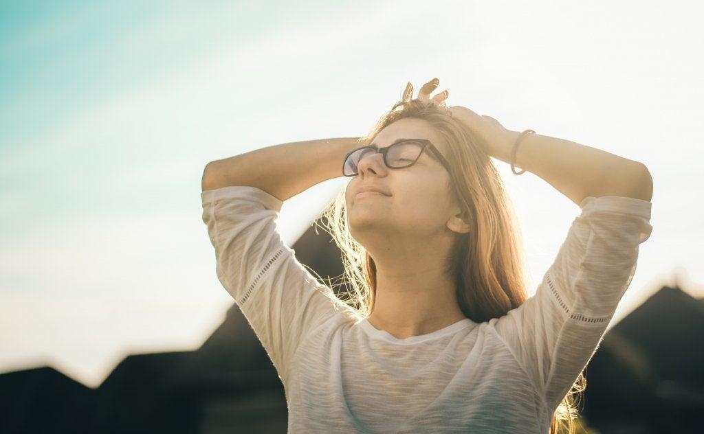 Mujer con gafas feliz por liberarse del miedo al qué dirán