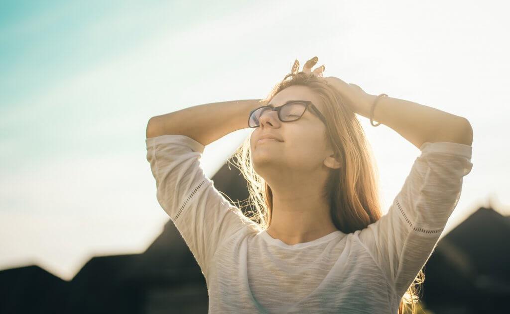 Mujer con gafas feliz