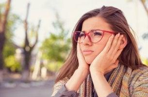 Mujer con gafas procrastinando